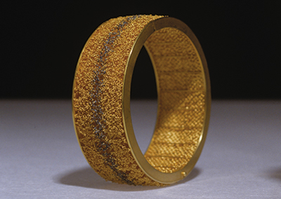 Bracelet 22ct gold and niello. 77mm diameter x 25 mm height